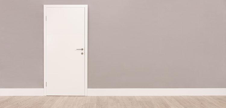 Weiße Zimmertür mit Beschlägen aus Edelstahl